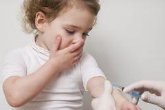 Behandeln Sie Hand mit Babygrippeeinspritzungs-Schussschutzimpfung der Spritze Impfungs lizenzfreie stockbilder
