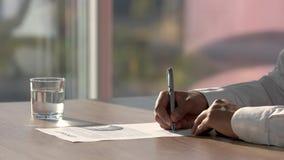 Behandeln Sie Konzept, unterzeichnenden Vertrag des Mannes und wegrücken stock video footage