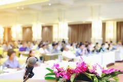 Behandeln Sie Mikrofon in den Konferenzzimmerhintergründen, Konferenzsaal I Lizenzfreies Stockbild