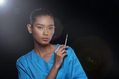 Behandeln Sie Nurse im weißen blauen Hemd mit Spritze Lizenzfreies Stockbild