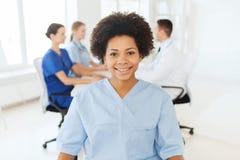 Behandeln Sie oder pflegen Sie über Gruppe Medizinern am Krankenhaus Stockfotografie