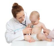 Behandeln Sie oder pflegen Sie auscultating geduldiges Herz des Kinderbabys mit steth Lizenzfreies Stockbild