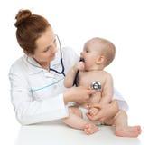 Behandeln Sie oder pflegen Sie auscultating geduldiges Herz des Kinderbabys mit steth Stockbild