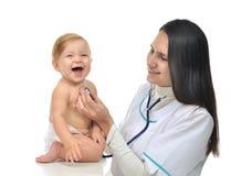 Behandeln Sie oder pflegen Sie auscultating geduldiges Herz des Kinderbabys mit steth Stockfotografie