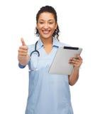 Behandeln Sie oder pflegen Sie mit Stethoskop- und Tabletten-PC Stockfotos