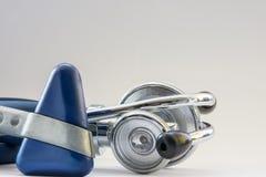 Behandeln Sie ` s medizinische Werkzeuggeräte für Krankheitsdiagnose - Stethoskop phonendoscope und neurologischer Reflexhammer a Stockbild