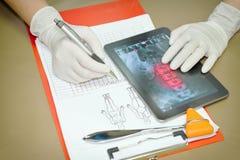 Behandeln Sie s-Röntgenstrahl das Betrachten des Patienten ', um eine Diagnose zu machen Stockbild