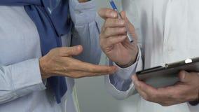 Behandeln Sie Schreibenspreis für lebensrettende Operation, umgekippter Patient der teuren Medizin stock video