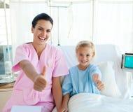 Behandeln Sie und ihr kleiner Patient mit den Daumen oben Lizenzfreies Stockfoto