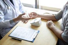 Behandeln Sie unter Verwendung eines messenden Blutdruckprüfungspatienten mit der Untersuchung, Ergebnissymptom darstellend und e lizenzfreies stockbild