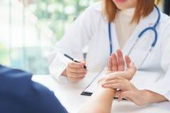 Behandeln Sie Untersuchungsimpuls des Patienten durch Hände, medizinische Diagnose Co lizenzfreie stockbilder