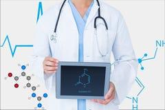 Behandeln Sie vorbildliches darstellendes ADN auf dem Schirm seines Tablet-Computers gegen Grafikhintergrund Stockbilder