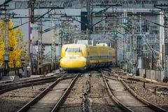 Behandeln Sie Yellow, einen Special Shinkansen, sich nähert zu Tokyo-Station Stockbilder