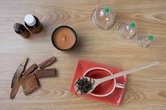 Behandla med akupunktur visare, örter, koppen, olja, foto för begrepp för kinesisk medicin för TCM traditionellt Arkivbilder