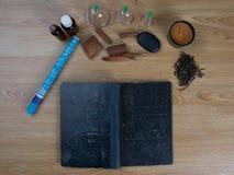 Behandla med akupunktur visare, moxapinnar, koppen, olja, foto för begrepp för kinesisk medicin för TCM traditionellt Royaltyfri Foto