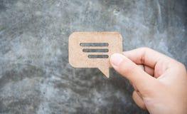 Behandla meddelandet för att lämna en kommentar arkivfoton
