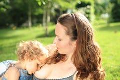 behandla som ett barn älskvärd breastfeeding Fotografering för Bildbyråer