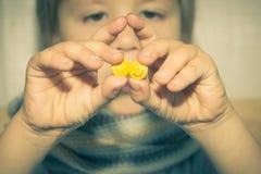 behandla som ett barn är dåligt Barnet tar pillret arkivfoto