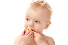 Behandla som ett barn äta äpplet Arkivfoto
