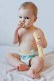 Behandla som ett barn äta chips Arkivbilder
