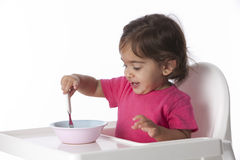 behandla som ett barn äta den lyckliga flickan hon själv Arkivbild