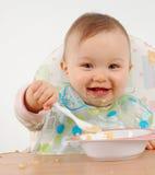 behandla som ett barn äta flickan Arkivfoto