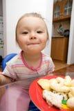 behandla som ett barn äta flickan Arkivbilder