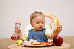 behandla som ett barn äta flickan royaltyfria foton