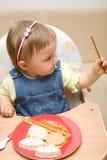 behandla som ett barn äta flickan Arkivbild