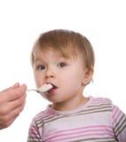 behandla som ett barn äta flickan Fotografering för Bildbyråer
