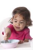 behandla som ett barn äta flickan hon själv Arkivbild