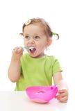behandla som ett barn äta flickayoghurt Royaltyfria Bilder