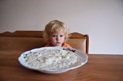 Behandla som ett barn äta frukosten Arkivfoton