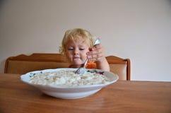 Behandla som ett barn äta frukosten Arkivfoto