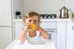Behandla som ett barn äta frukt royaltyfri fotografi