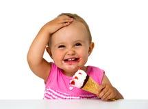 Behandla som ett barn äta glass Arkivfoto