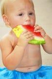 behandla som ett barn äta vattenmelonen Arkivfoto