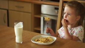 Behandla som ett barn äter ägg i köket Han försöker ett stycke med en gaffel och skjuter plattan bort varm mat stock video