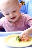 behandla som ett barn äter Arkivfoto