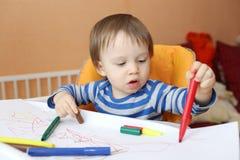 Behandla som ett barn åldern av 16 månader målarfärger med pennor Royaltyfri Fotografi