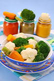 behandla som ett barn ångade grönsaker Arkivfoto
