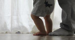 Behandla som ett barn årig pojke 1 gå hans första steg arkivfilmer
