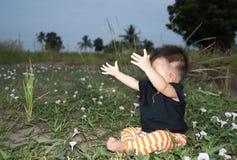 Behandla som ett barn önskar en kram Arkivfoto