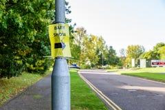 Behandla som ett barn advertizingen för showpvc-klistermärken på ställning för gataljus Arkivfoton