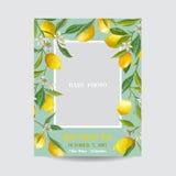 Behandla som ett barn ankomsten eller duscha kortet - med fotoramen och den blom- citronen Royaltyfria Bilder