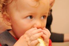behandla som ett barn att äta Arkivfoton