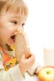 behandla som ett barn att äta Arkivbild