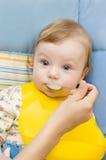 behandla som ett barn att äta för pojke Fotografering för Bildbyråer