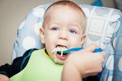 behandla som ett barn att äta för pojke Royaltyfri Bild