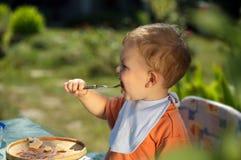 behandla som ett barn att äta för pojke Arkivfoto